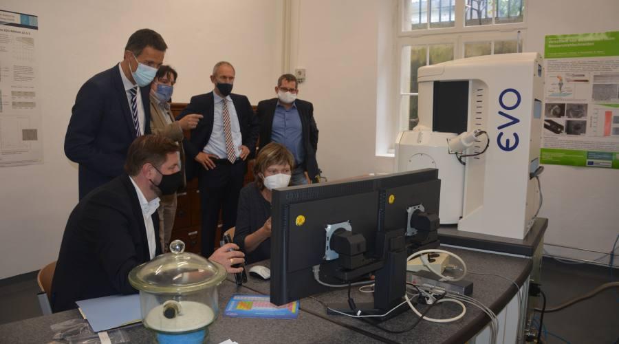Mit der Spende des Rasterelektronenmikroskop der Fa. Open Grid können Proben in 100.000facher Vergrößerung analysiert werden.