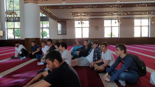 Die Schülerinnen und Schüler der HITU erhielten auf der Exkursion nach Duisburg Führungen durch die Gebetshäuser der großen Weltreligionen.