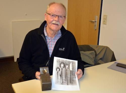 Herr Friedrichs - Absolvent der Fachschule für Metallgestaltung des Abschlussjahrgangs 1966 - freute sich sehr über den Erhalt seiner damaligen Abschlussarbeit
