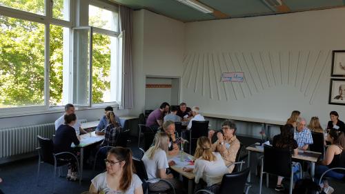 Schülerinnen und Schüler nutzten die Möglichkeit zum Gespräch über Glaube und Religion.