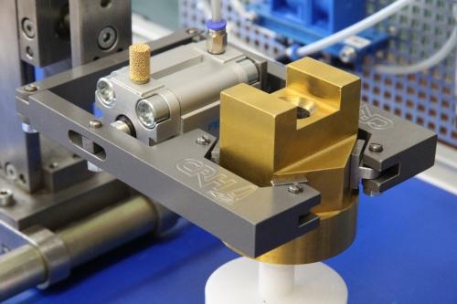Handhabungsgerät mit pneumatischem Greifer und Profil (Auszug)