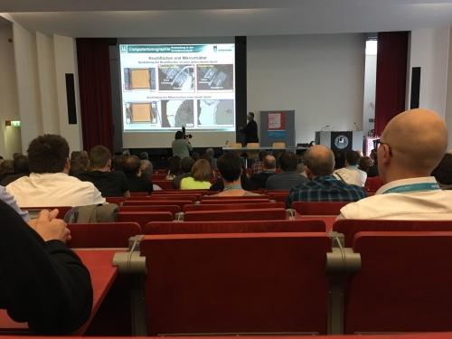 Die Metallographen des Technischen Berufskollgs Solingen informieren sich über einen Schadensfall im Rahmen eines Fachvortrags