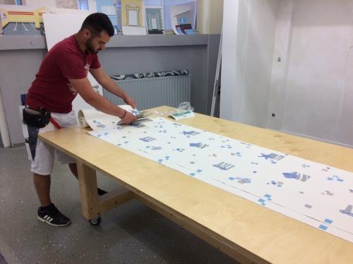 Bei einer Tapete mit Rapport (Musterwiederholung) muss der Zuschnitt genau beachtet werden, um nicht zuviel Verschnitt zu produzieren.