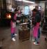 Praktisches Umformen führten die Schüler in der Schmiede von Michaels Bauer-Brandes aus.