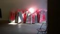 Verpackungsmaterialien, die in der Art der Anordung, Farbe und Lichtbrechung zum Kunstobjekt werden.